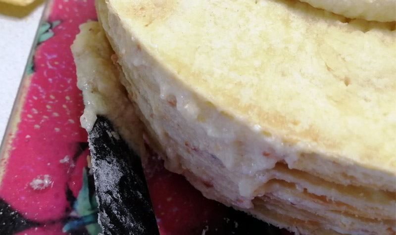 смазываем торт кремом по периметру