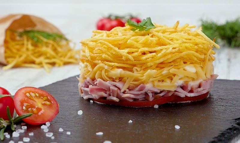 салат с ветчиной и жареным картофелем