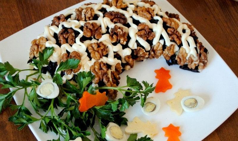салат с говядиной, баклажаном и черносливом