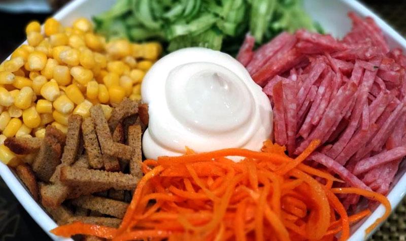 салат с копченой колбасой, корейской морковкой и сухариками