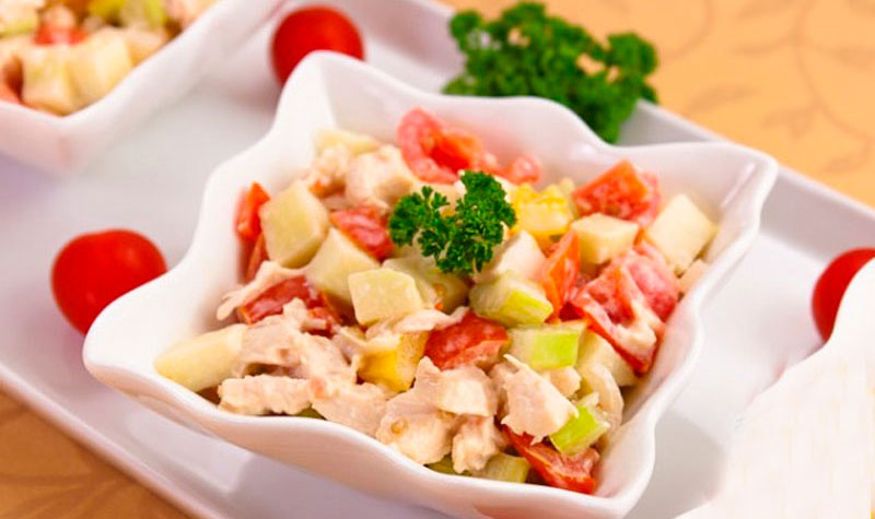 салат с копченой грудкой, яблоком и орехами