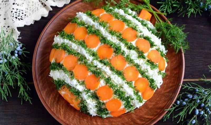 салат с тунцом, маринованными огурцами и сыром