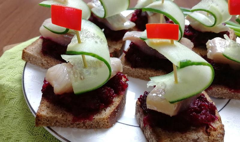 бутерброды с селедкой и свеклой